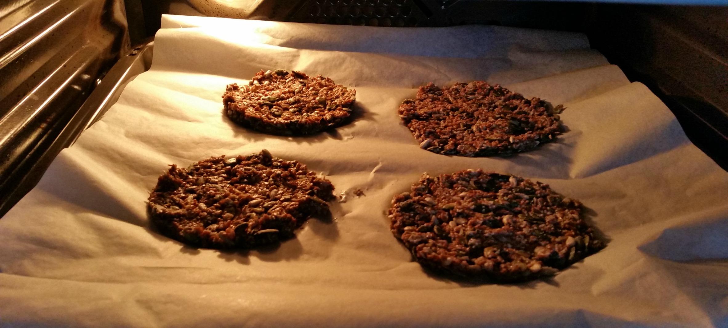 Koolhydraatarme crackers in oven
