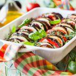 Provençaalse groenteschotel van tomaat, aubergine en courgette