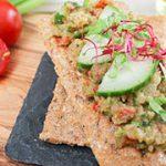 Ambachtelijke koolhydraatarme crackers met frisse groentespread
