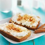 Warme kaneeltoast met cottage cheese