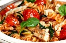 Fusilli met kruidige kip, spinazie en geroosterde tomaatjes